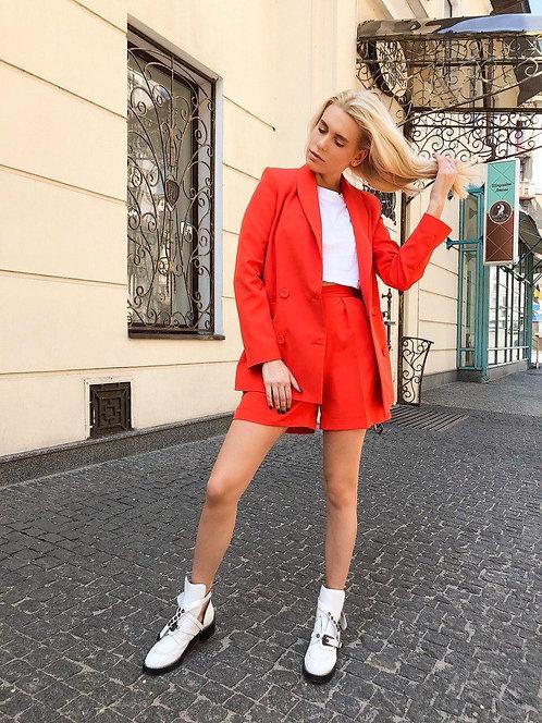 Красный двубортный костюм с шортами фото