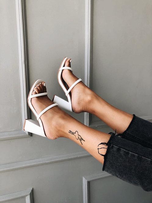 Белые шлепанцы сабо на скошенных толстых каблуках Италия фото
