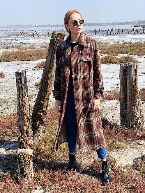 Коричневое длинное двубортное пальто в клетку фото