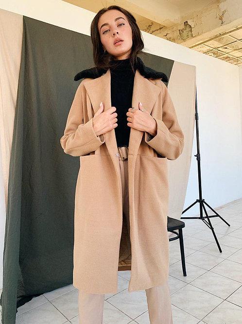 Демисезонное бежевое пальто с черным меховым воротником фото