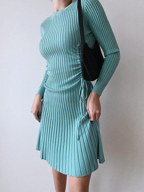 Трикотажное платье с затяжками по бокам фото