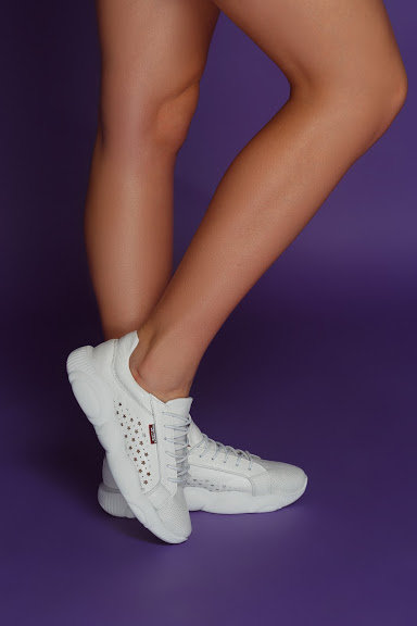 Белые натуральные кожаные кроссовки с перфорацией фото