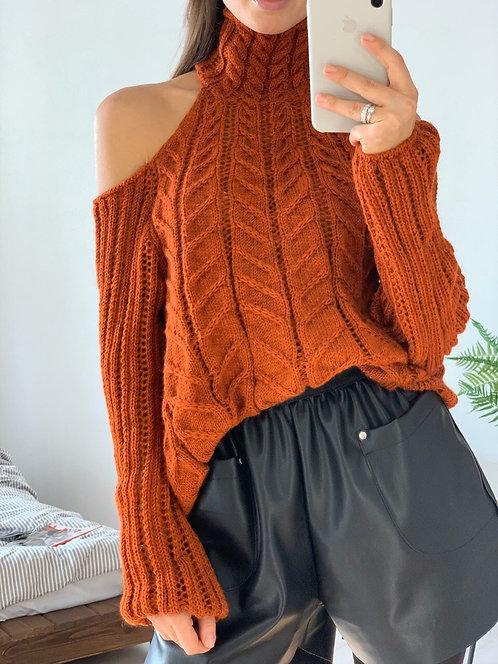 Ажурный свитер объемной вязки с вырезами на плечах фото
