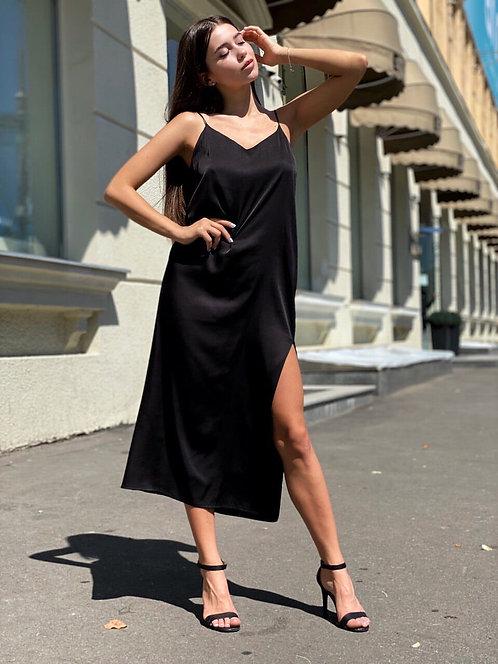 Атласное платье миди с разрезом в бельевом стиле фото