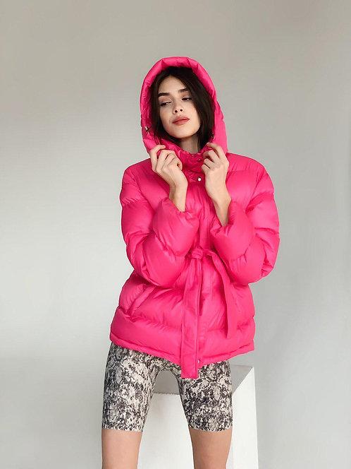Короткая розовая куртка с поясом и капюшоном фото