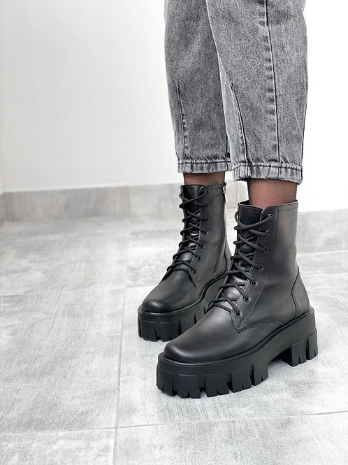 Черные натуральные кожаные ботинки на тракторной подошве фото