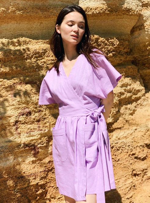 Лиловое льняное короткое платье на запах фото