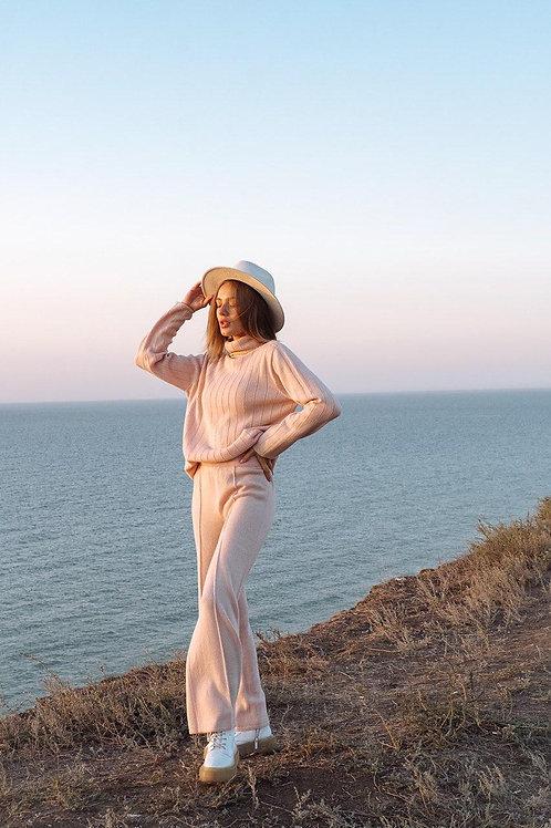 Розовый кашемировый бесшовный костюм с широкими брюками фото
