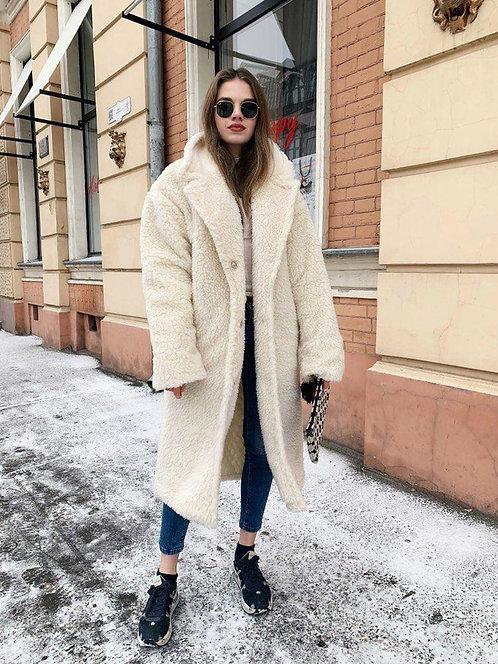 Длинное меховое пушистое пальто-шубка цвета айвори фото
