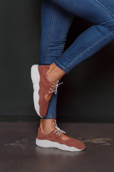 Натуральные замшевые летние темно-розовые кроссовки с вырезами фото