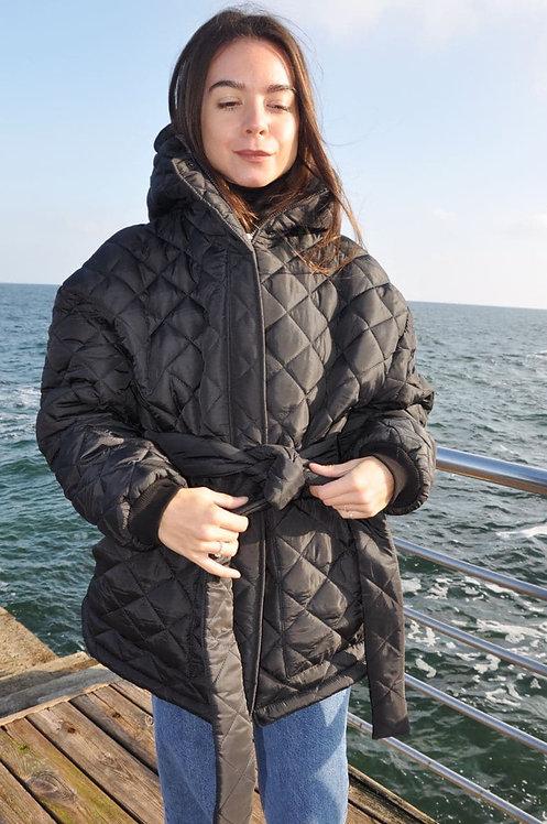 Черная стеганая куртка с капюшоном фото