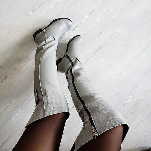 Белые натуральные кожаные ботфорты без каблука
