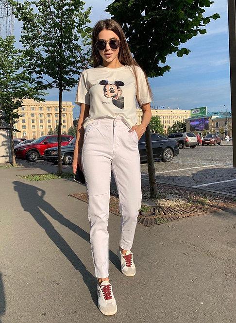 Белые джинсы mom с резинкой на талии фото