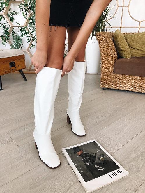 Белые сапоги на каблуках оригинальной формы Италия фото