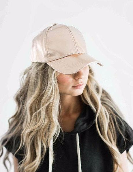 Атласная женская кепка бейсболка телесного цвета фото
