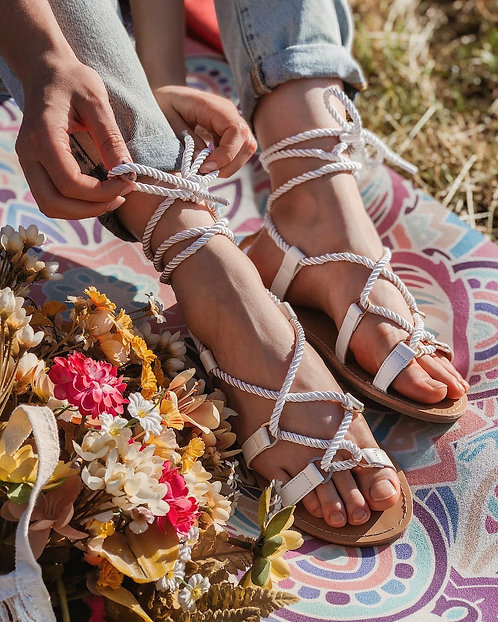 Белые сандалии с завязками жгутами Италия фото