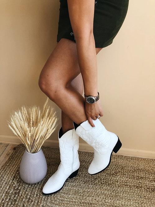 Белые ботинки казаки средней высоты с вышивкой Италия фото