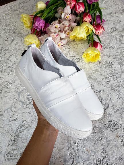 Классические натуральные кожаные слипоны белого цвета TM BONA