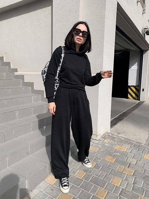 Черный костюм с широкими брюками с прорезью фото