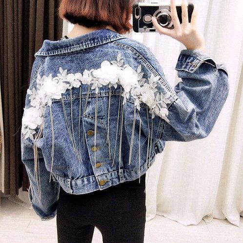 Укороченная джинсовая куртка с белой цветочной нашивкой и цепочками фото