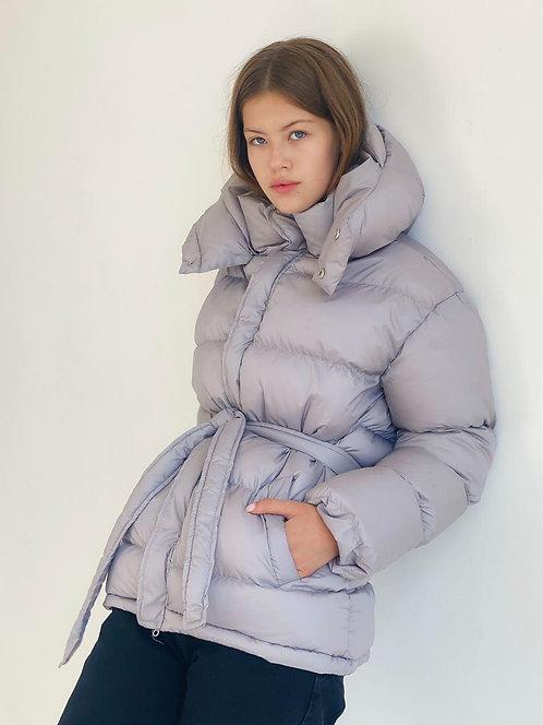 Серая короткая зимняя куртка с капюшоном фото