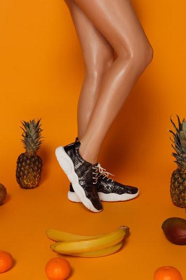 Натуральные кожаные кроссовки в черный змеиный принт фото