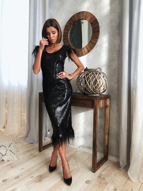 Вечернее силуэтное платье миди в пайетках с перьями фото