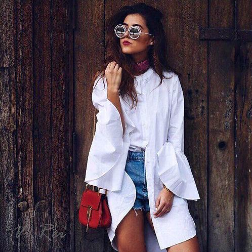 Белое платье-рубашка с расклешенными рукавами фото