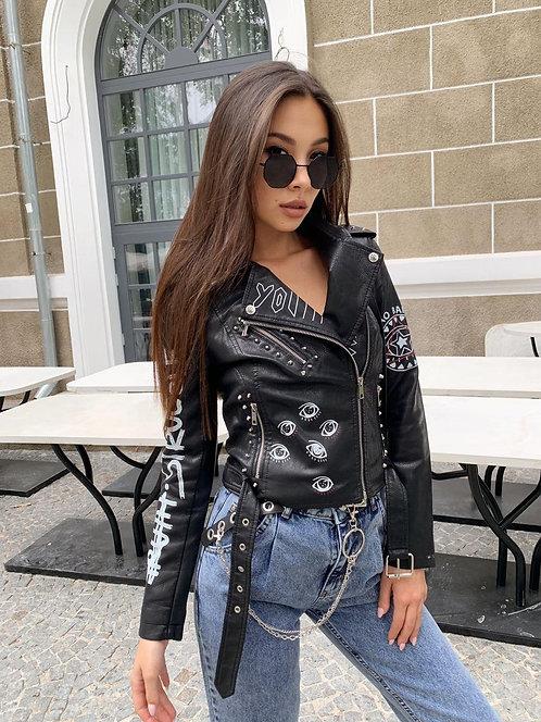 Черная кожаная куртка косуха с принтом фото