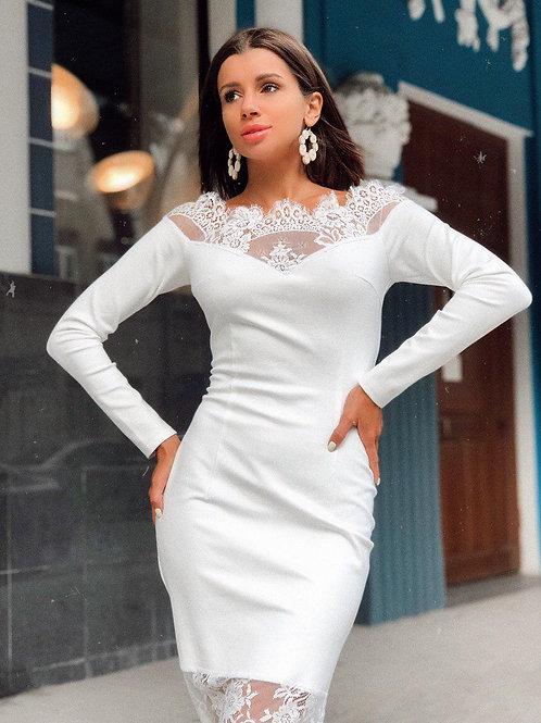 Белое приталенное платье миди с открытыми плечами и кружевом фото