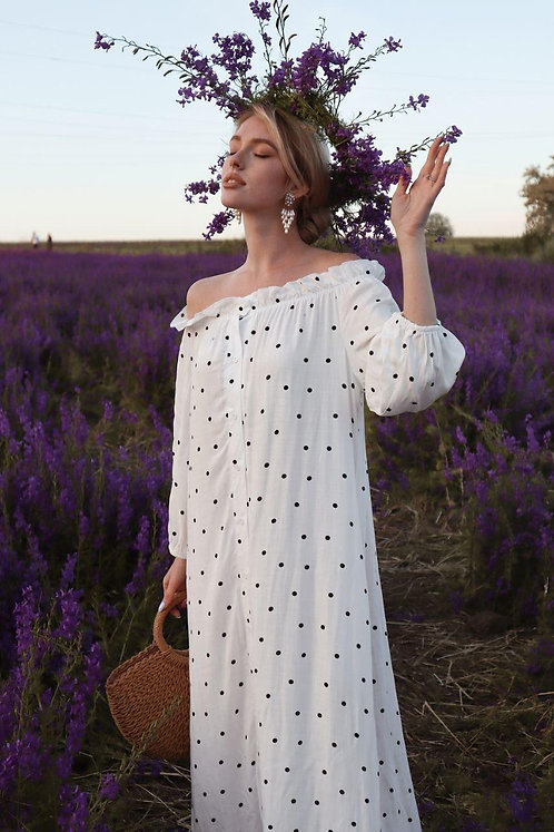 Белое длинное платье в горох с открытыми плечами фото