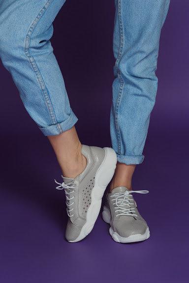 Серые натуральные кожаные кроссовки с перфорацией фото
