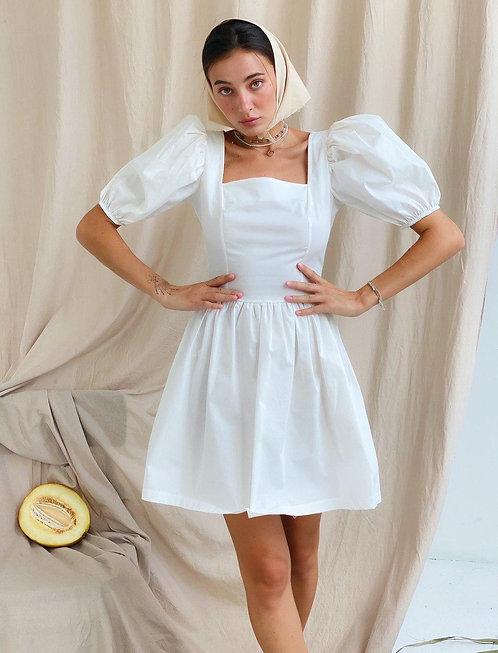 Белое короткое хлопковое платье с пышными рукавами буффами фото