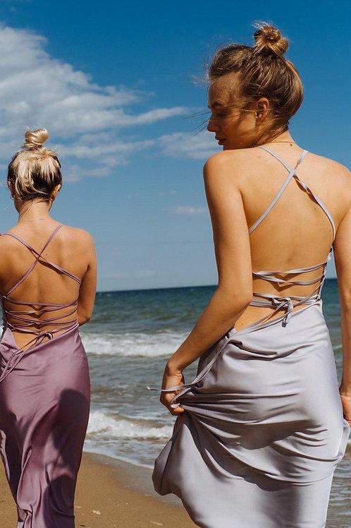 Серое шелковое платье комбинация с переплетом на спине фото