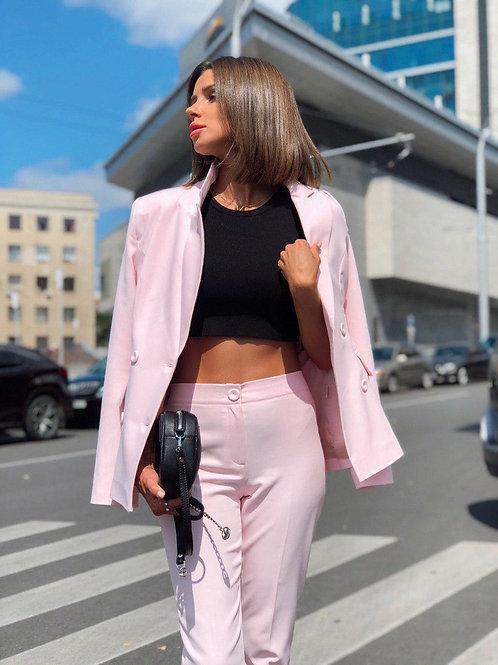 Розовый двубортный брючный костюм фото