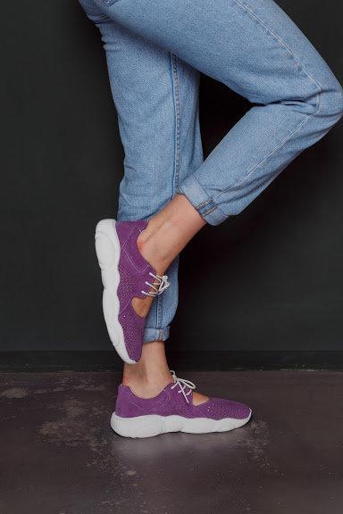 Натуральные замшевые летние фиолетовые кроссовки с вырезами фото