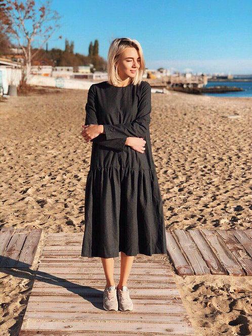 Черное фланелевое платье миди свободного кроя фото