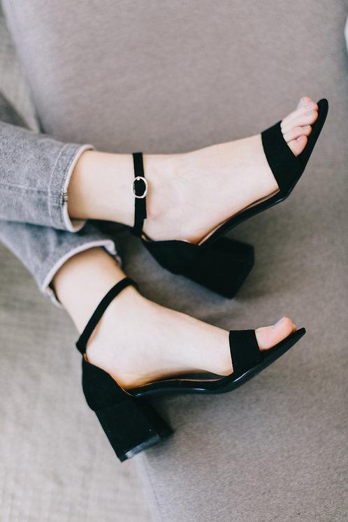 Черные замшевые босоножки на низких удобных каблуках Италия фото