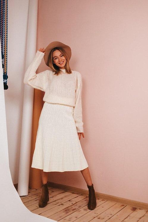 Молочный вязаный костюм: юбка миди и свитер фото