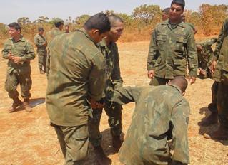 Fuzileiros Navais com treinamento de combate corpo a corpo
