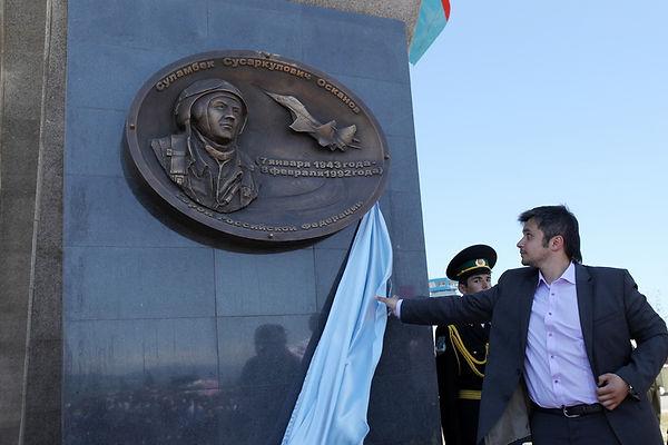 Памятник в аэропорту «Магас», магас, памятник суламбеку,