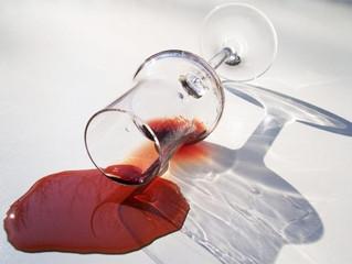 Remover manchas de vinho não é difícil. Veja!
