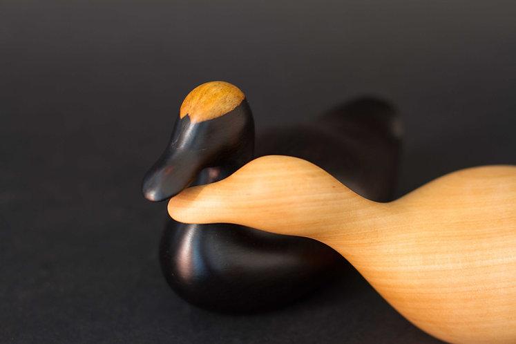 Canards noirs et blancs. Sculpture en bois de Christian Delacoux, longueur 20 cm.