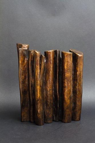 Palissade de troncs symbolisant une forêt. Sculpture en bronze marron sur fond cuivré de Christian Delacoux, h 36 cm.