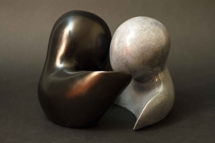 Couple épuré tendrement enlacé. Sculpture en bronze noir et gris de Christian Delacoux, h 16 cm.