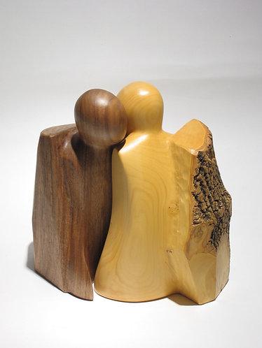 Les membres d'un couple sortent de leurs gangues. Sculpture en bois de Christian Delacoux, h 19 cm.