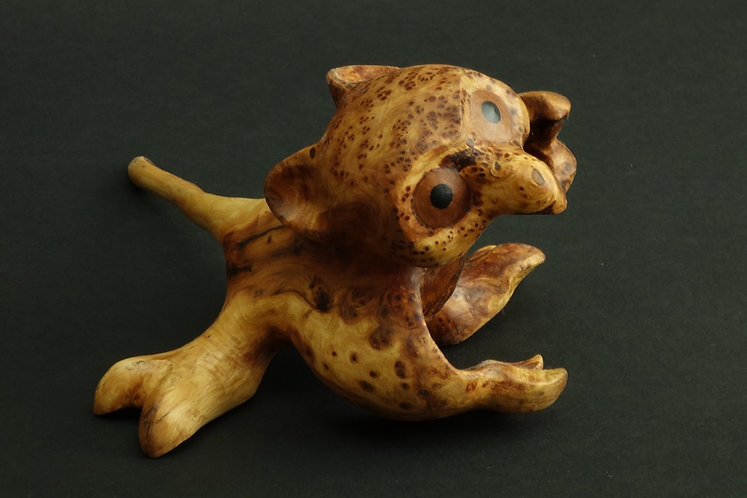 Petit dragon aux grands yeux en racine de cade. Sculpture en bois de Christian Delacoux, h 10 cm.
