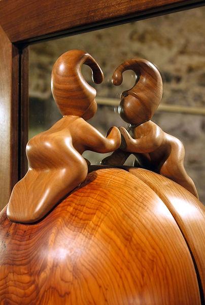 Petit lutin sur sa planète qui cherche son âme sœur dans un miroir. Sculpture en bois de Christian Delacoux, h 48 cm.