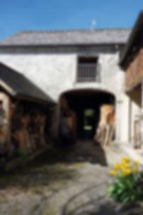 Cour d'une maison béarnaise menant à la grange où se situent  l'atelier et l'exposition du sculpteur Christian Delacoux
