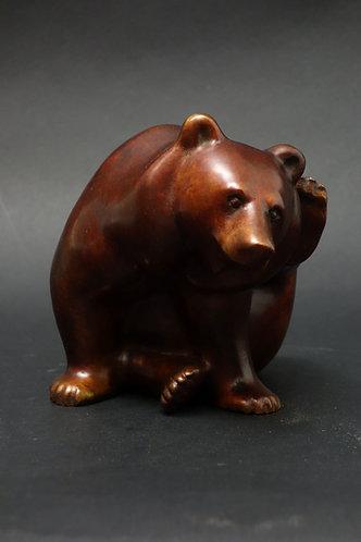 Ours assis se grattant l'oreille, sculpture en bronze de Christian Delacoux